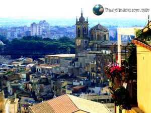 Caltagirone dalla Scalinata di Santa Maria Maggiore, Caltagirone, correre in sicilia