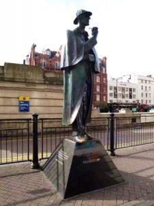 sherlock-holmes-statua-correre-a-londra
